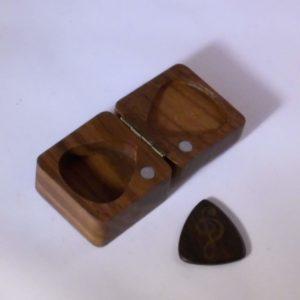 Houten doosje voor gitaar plectrums met magneetsluiting ggadgets voor gitaar en muziek cadeau