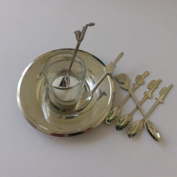 Koffie of thee lepeltjes met muziekinstrumenten