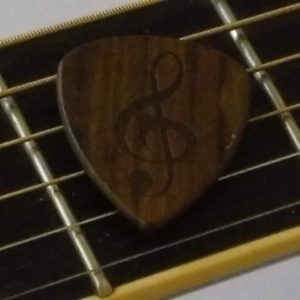 High end solid wood plectrum met gegraveerde G-sleutel