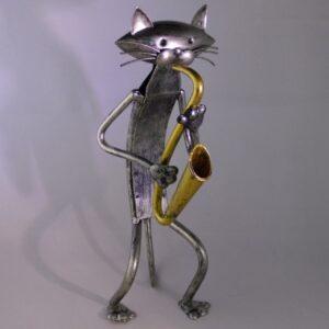 stalen beeldje van kat met saxofoon